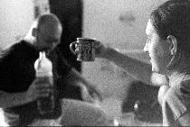 Náš zvukař Ondřej se svým čajem (čilý), Bonzo se svým střikem (lehce unavený).